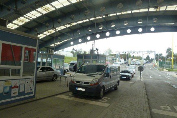 Na hraničných priechodoch Užhorod – Vyšné Nemecké a Malyj Bereznyj – Ubľa v osobnej doprave sa zvýšili a pretrvávajú zvýšené čakacie doby.