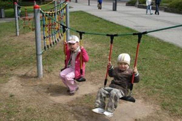 Deti sa tešia z nových moderných preliezačiek.