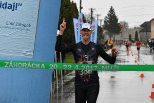 Atlét Matej Tóth v cieli pretekov 48. ročníka Záhoráckej dvadsiatky a M-SR v chôdzi mužov na 20 km.