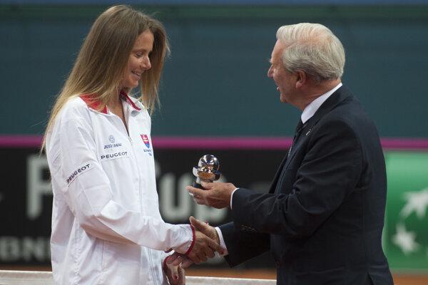 Daniela Hantuchová si z rúk zástupcu Medzinárodnej tenisovej federácie (ITF) Davida Judeho preberá ocenenie za oddanosť reprezentácii.