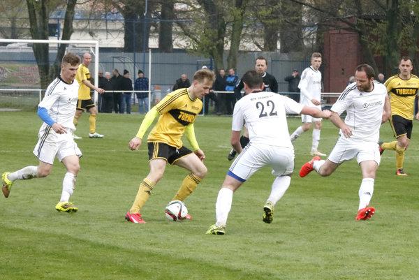 Šláger pre Opátske. Jediný gól zápasu strelil domáci Haluška (s loptou).