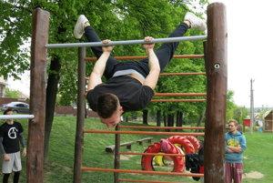 Karol Hunka z Honest Ulak Muscles na konštrukciách, ktoré postavili a aj si ich spravujú tínedžeri.