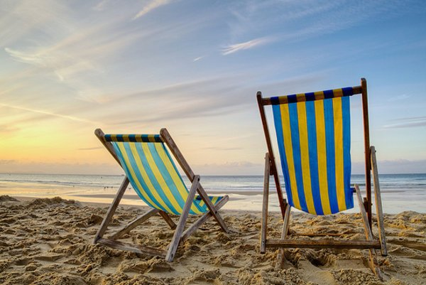 Slnečné pobrežie v Bulharsku je ideálnou destináciou na slnečnú dovolenku na pláži.