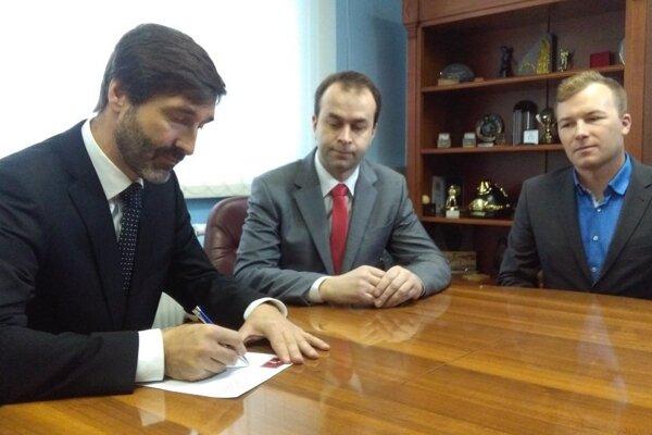 Žilinský župan Juraj Blanár (vľavo) a poslanec NR SR Ján Podmanický (v strede) pri podpise petície.