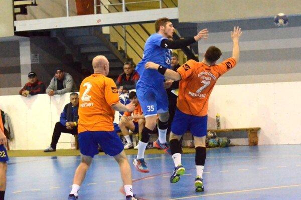 Vladimír Buvala (v modrom) robil obrane Piešťan starosti, vzápase Martina slídrom dal sedem gólov.