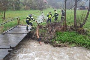 Pri záchranných prácach v obci Korňa pomáhali miestni dobrovoľní hasiči.