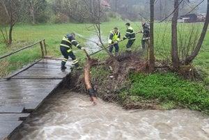 Pri záchranných prácach pomáhali aj dobrovoľní hasiči.