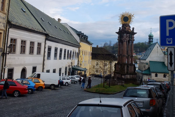 Historicky a architektonicky cenné Námestie sv. Trojice roky pripomína veľké parkovisko.
