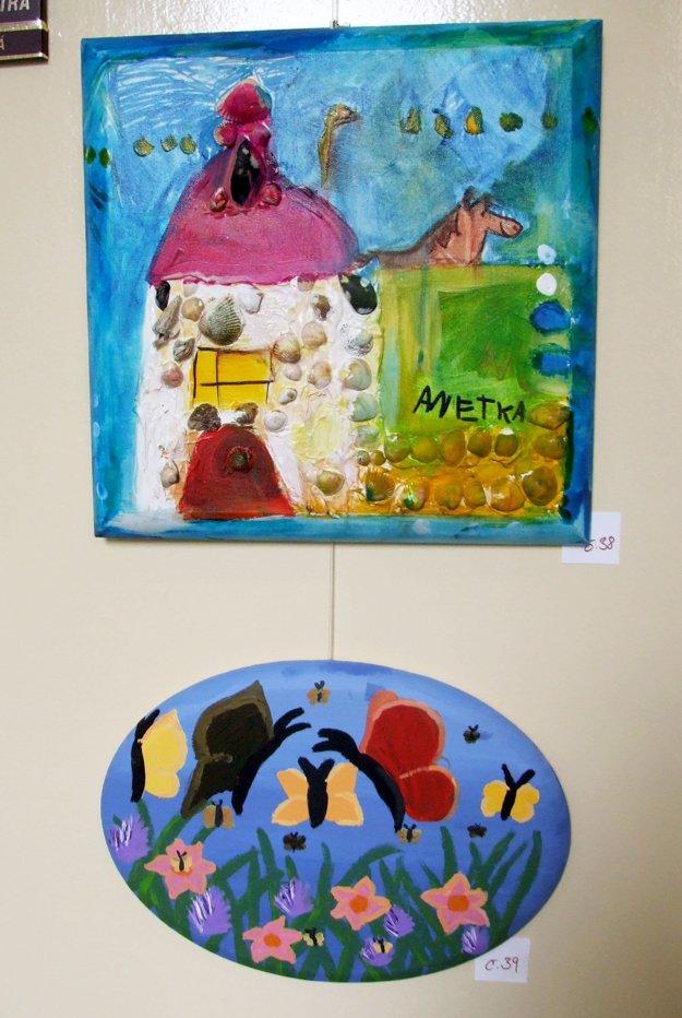 Vystavené diela hýria farbami.
