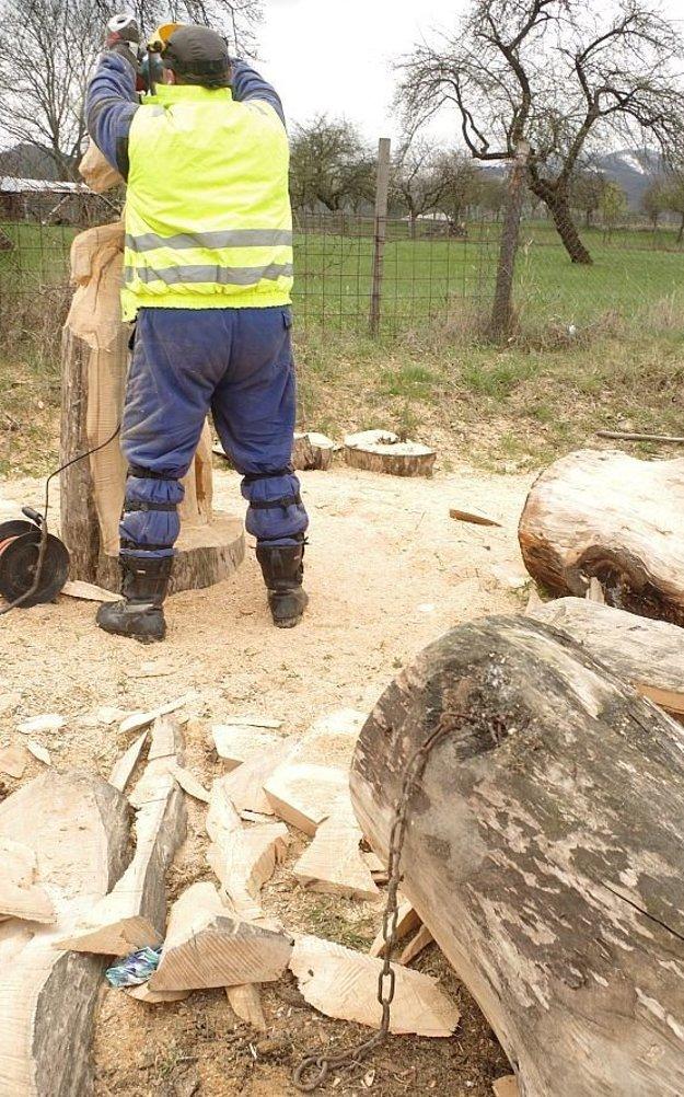 Reťaz v dreve ho celkom potešila. Využil tento prvok v svojom diele.