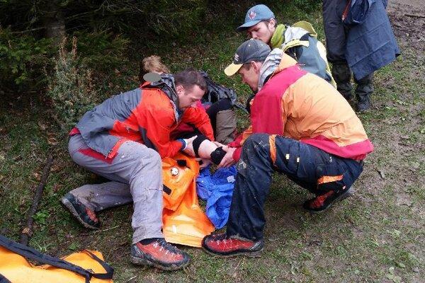 Turistka mala zranenú nohu.