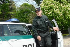 Policajt Michal Michalský. Ukázal nám, kde zlodeji v Mestskom parku kradli.