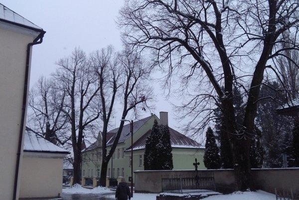 Takýto pohľad na okolie kostola v Rajci je už minulosťou.