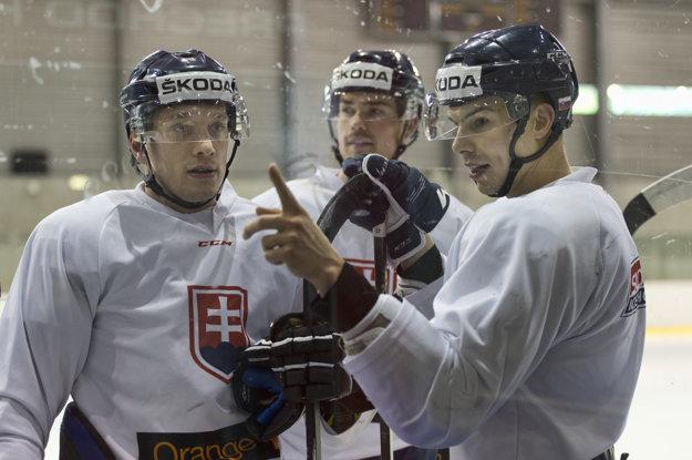 Mário Bližňák (vpravo) si dobre v útoku rozumel s Marcelom Haščákom (vľavo). Na snímke s nimi vzadu sa nachádza aj obranca Peter Čerešňák.