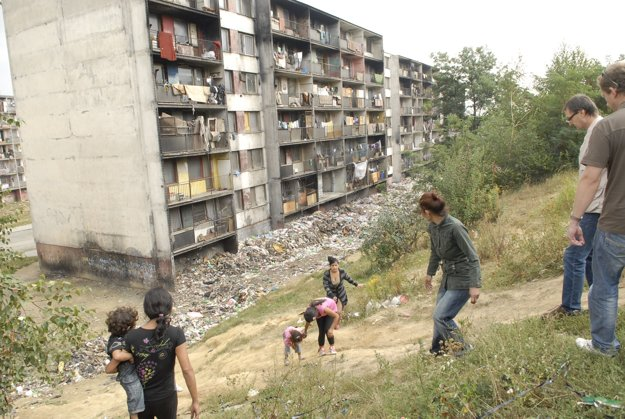 """""""Vybývané"""" byty, za nimi smetisko. Demolácia domov a likvidácia skládok odpadu už stála mestskú kasu státisíce eur."""