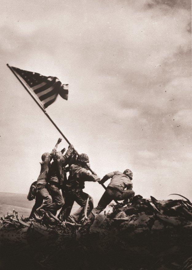 Vztyčovanie vlajky na Iwo Jima. Šesticu vojakov viedol rodák z Jarabiny.