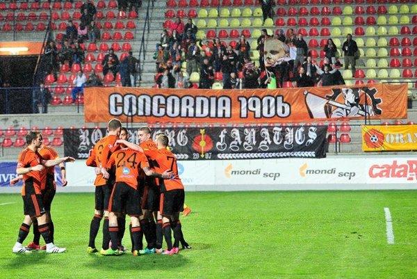 Ružomberskí futbalisti a v pozadí fanklub Concordia 1906. (zdroj: Archív MFK)