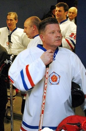 František Hejčík na archívnej snímke z roku 2004 pri príležitosti osláv 25. výročia zisku titulu hokejového majstra ČSSR, ktorý Slovan vybojoval vo vtedajšej federálnej lige ako prvý slovenský klub v histórii.
