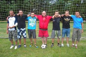 Jozef Podolan (prvý zľava) s kamarátmi a spoluhráčmi v roku 2014 počas Jedenástok pod Javorinou.