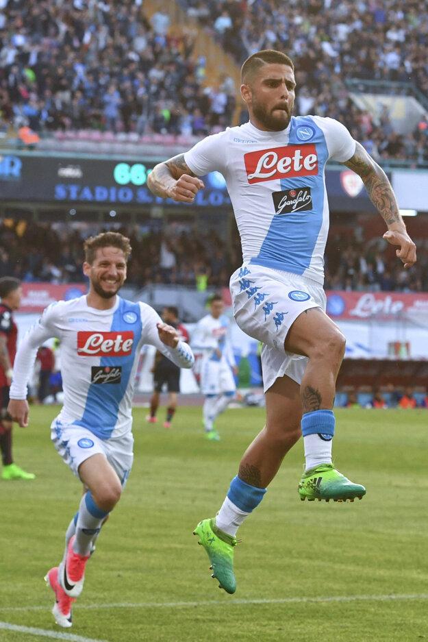 Lorenzo Insigne sa teší zo svojho gólu do siete Cagliari.