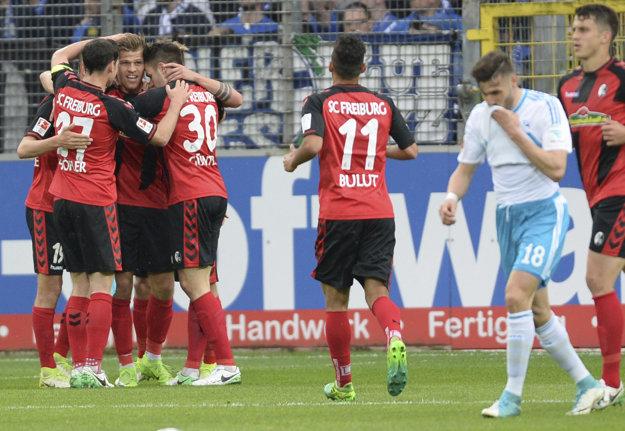 Futbalisti Freiburgu oslavujú jeden z dvoch gólov do siete Schalke.