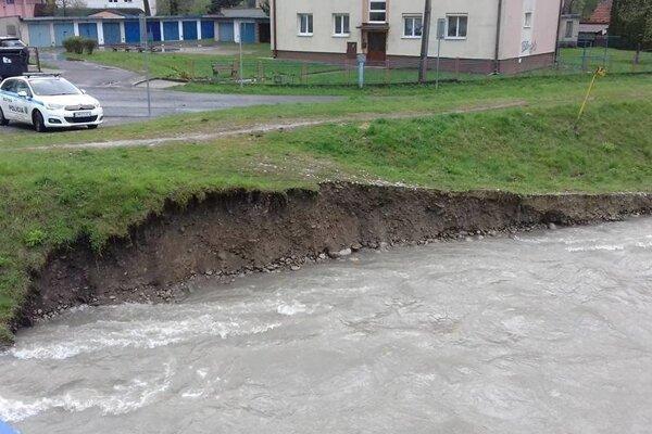 Voda zobrala časť brehu Belej.
