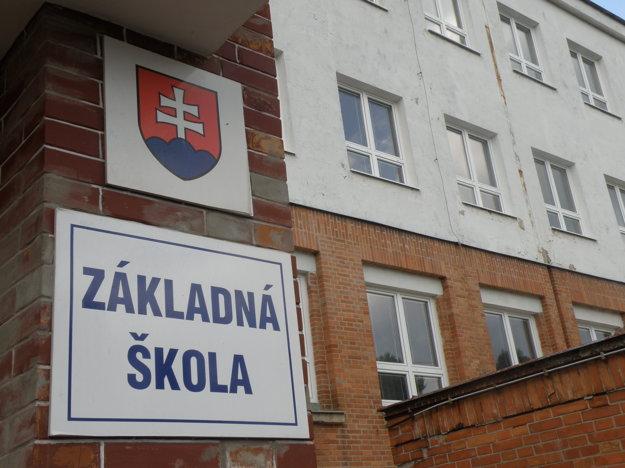 V škole na Mariánskej ulici v Prievidzi už na nové okná výzdobu nelepia.