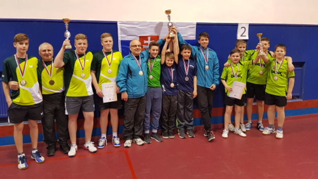 Chlapci – zľava v modrom: tréner Jozef Kudrec, Matúš Remeň, Kristián Uherík, Samuel Šutiak a Juraj Petrlík.
