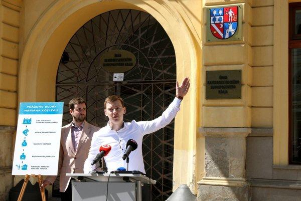 Prázdne sľuby Kotlebu dnes predstavila Nová generácia priamo pred župným sídlom.