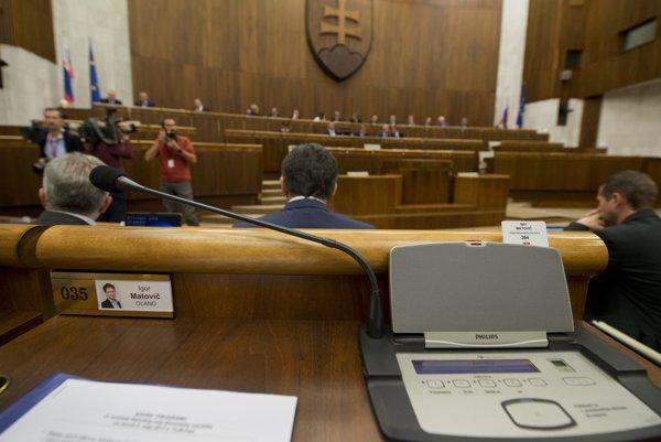 Prázdne miesto, na ktorom sedáva opozičný poslanec Matovič.