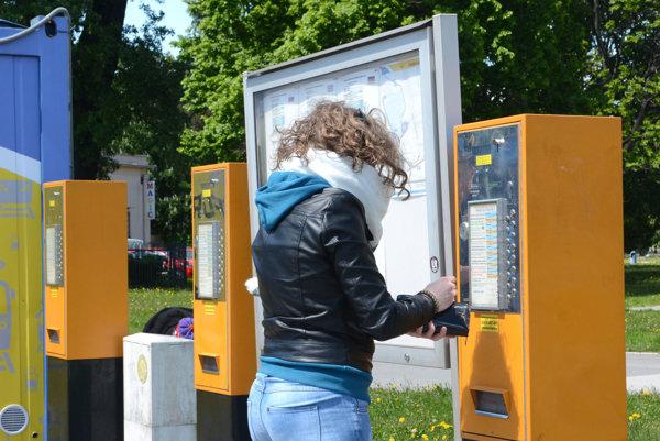 Automat na lístky. Namiesto mincí budete môcť na kúpu lístka použiť platobnú kartu.