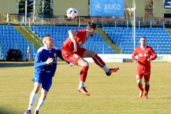 Jaroslav Kolbas (v strede, na archívnej snímke). Proti Pohroniu zaznamenal jediný gól stretnutia.