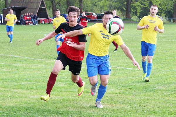 Futbalisti Habovky (v červenom) nestratili bod ani na ihrisku Sedliackej Dubovej.