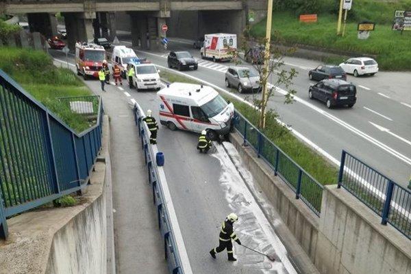 Havária sanitky zablokovala jazdný pruh.