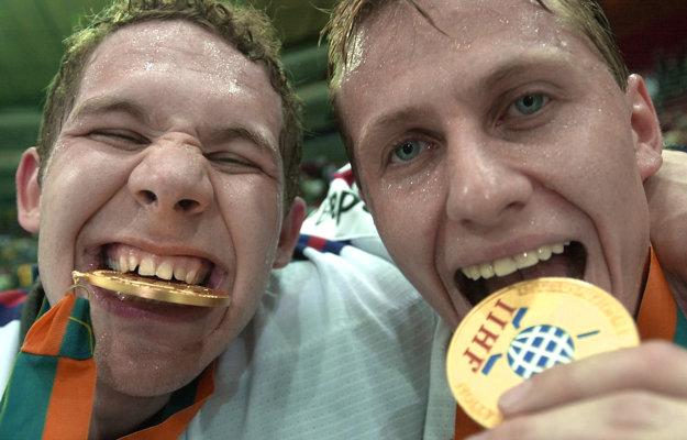 Takto sa zo zisku zlatých medailí tešili brankári Ján Lašák (vľavo) a Rastislav Staňa.