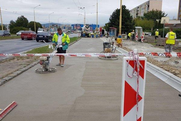Oprava zastávkových plôch. V rámci projektu renovujú cesty, chodníky a zastávky.