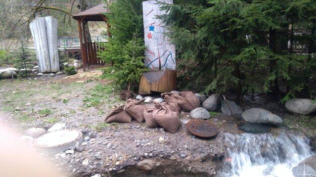 Upchatá kanalizácia v Demänovskej Doline  Po zavalení šachty voda zaplavila potrubie, vytrhlo kanalizačný poklop a splaškové vody začali vytekať pomedzi chaty.