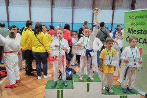 Žilinskí karatisti z Klubu Karate AC UNIZA Žilina na stupni víťazov.