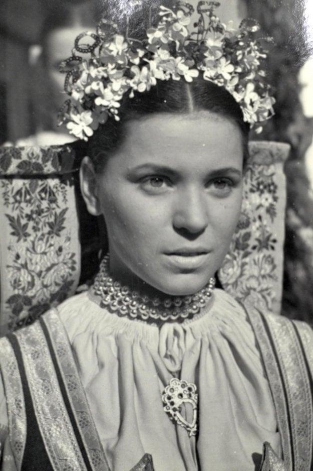 Vo filme Rodná zem z roku 1953 ako nevesta.