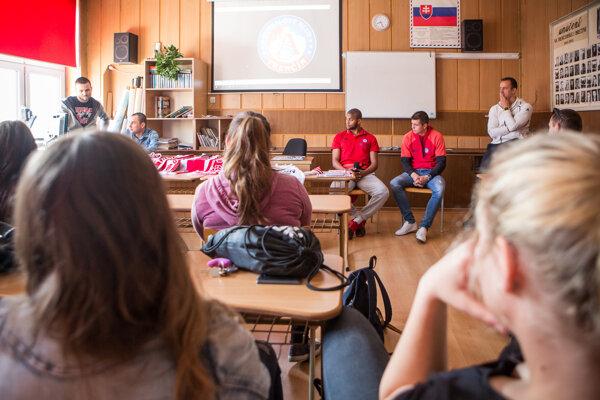 AS Trenčín v spolupráci s Légiou Laugaricio navštevuje stredné školy a rozpráva sa so študentmi na rôzne témy.