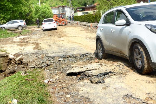 Zničenú cestu na Surdok už provizórne opravili.