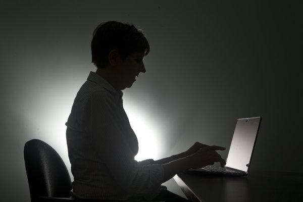 Prešovčan Miroslav pracuje za počítačom, pre dlhý covid pociťuje únavu, musí častejšie oddychovať.