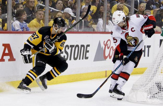 Erik Karlsson (vpravo) nastupuje aj so zranením.
