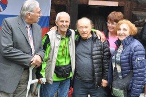 Tibor Spitz (v strede) smanželkou Naomi (vľavo) sa spriateľmi stretol na Srňacom.