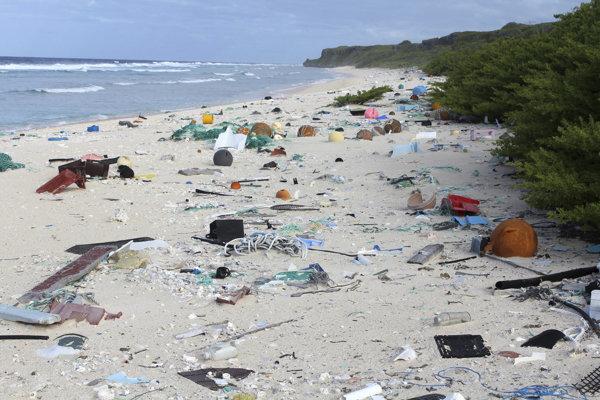 Znečistená pláž na ostrove Henderson.