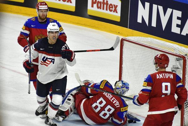 Anders Lee (vľavo) sa teší po góle svojho tímu do siete Ruska.