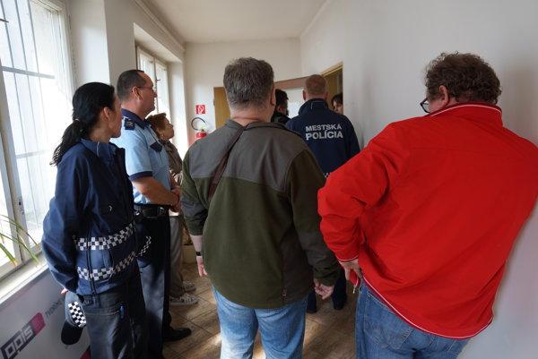 Kontrola pred vstupom. Na pokojný priebeh konania dozerali strážcovia poriadku, ktorých si zavolal stavebný úrad.