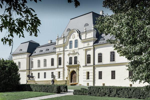 Vihorlatské múzeum. Sídli v renesančnom zámku.