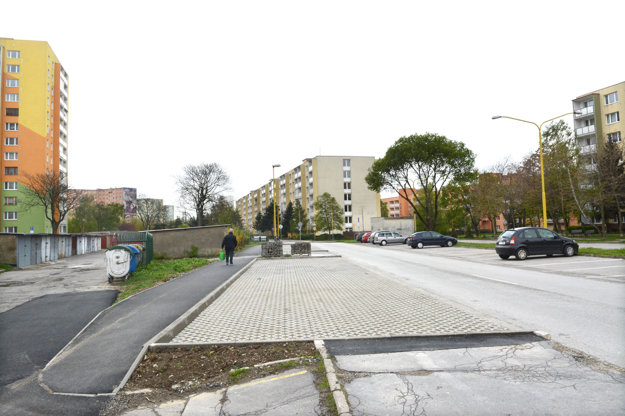 Nové záchytné parkovisko na Vojvodskej (vľavo). Počas dňa je väčšinou prázdne. Niektorí tamojší obyvatelia nechápu, na čo sa vôbec budovalo a musela sa rušiť zeleň vedľa cesty. EEI a mesto oponujú, že sa urobilo, aby v tejto lokalite nbol problém s parkovaním v budúcnosti.