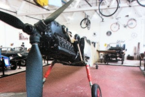 Po prevoze do Košíc. Takto vyzeral Messerschmitt po prevoze z Nemecka v roku 2012. Krátko pobýval v expozícii automobilov. V roku 2015, keď bol zrekonštruovaný trup a krídla, ho predstavili verejnosti počas Noci múzeí po prvý raz. Až dnes sa však zaskvel v plnej kráse.